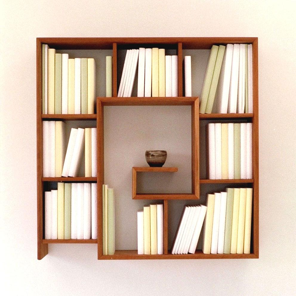 Design Bücherregal aus Holz mit Büchern