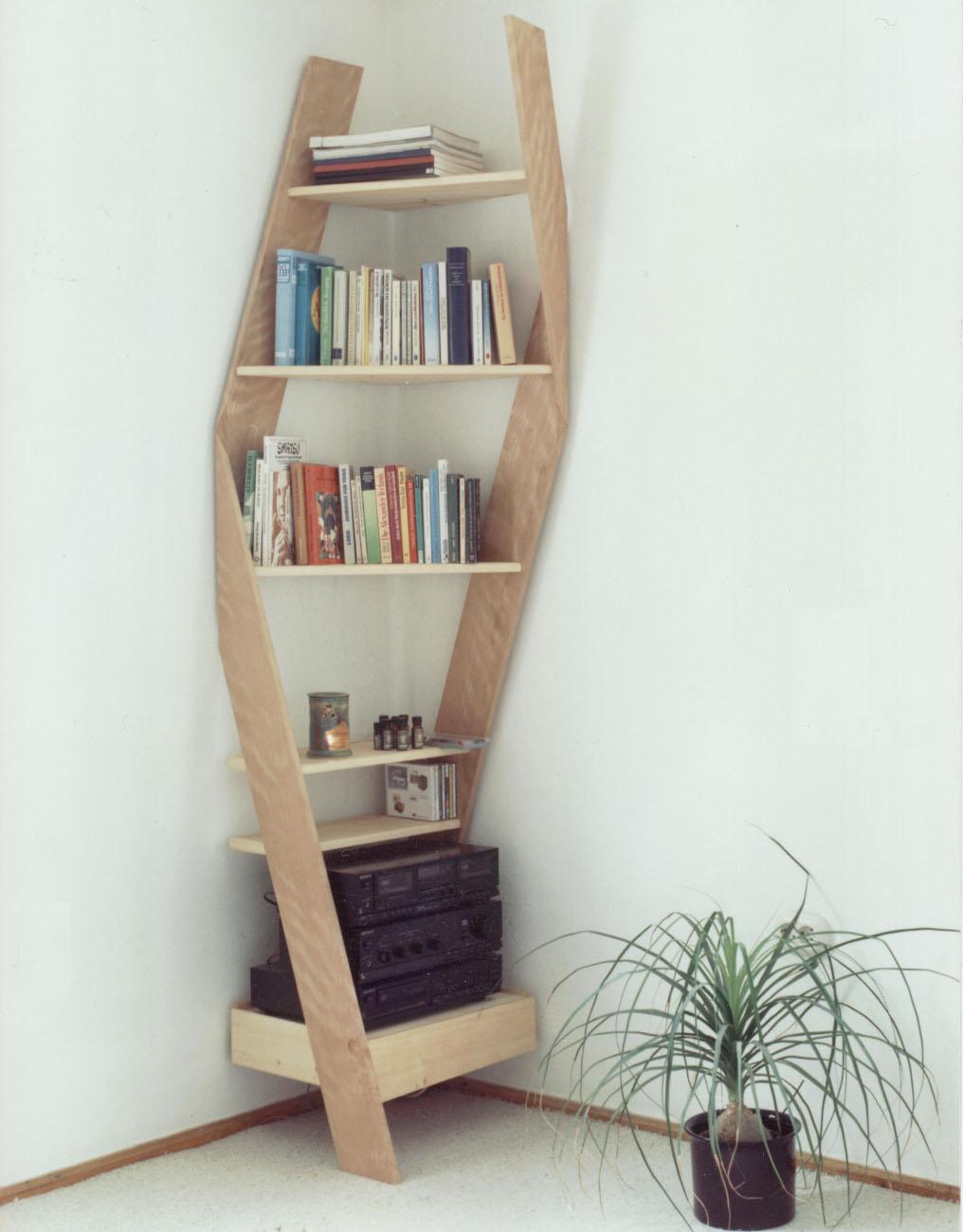 Eckregal für Stereoanlage aus Holz mit Büchern und Pflanze