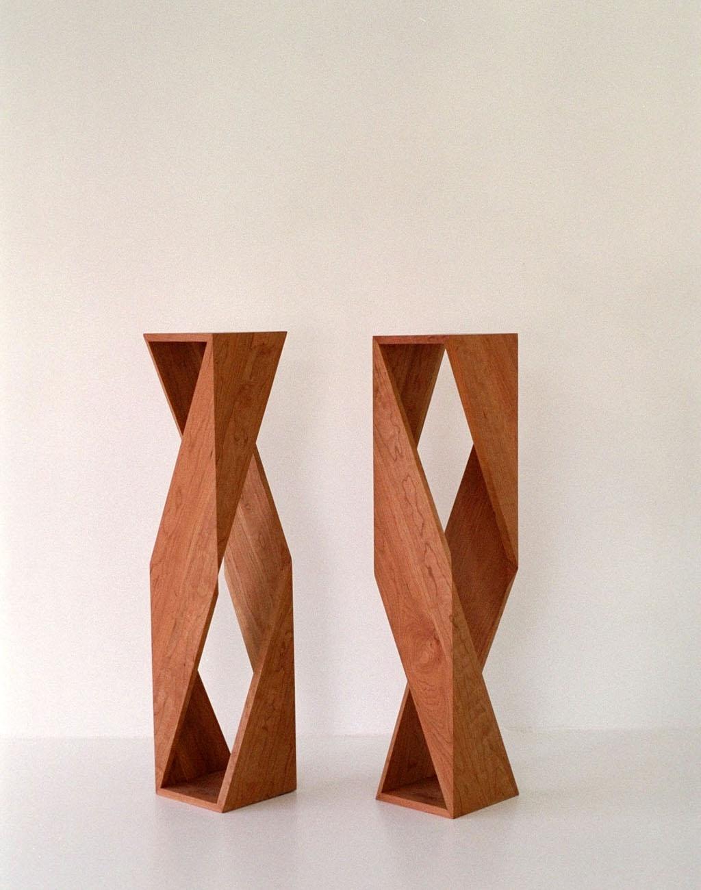 Säulen aus Massivholz nebeneinander